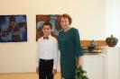Na vernisáži vystúpil mladý klavirista Matej Kuhn z Tralaškoly. Vpravo Zdenka Smrečková z KOS.